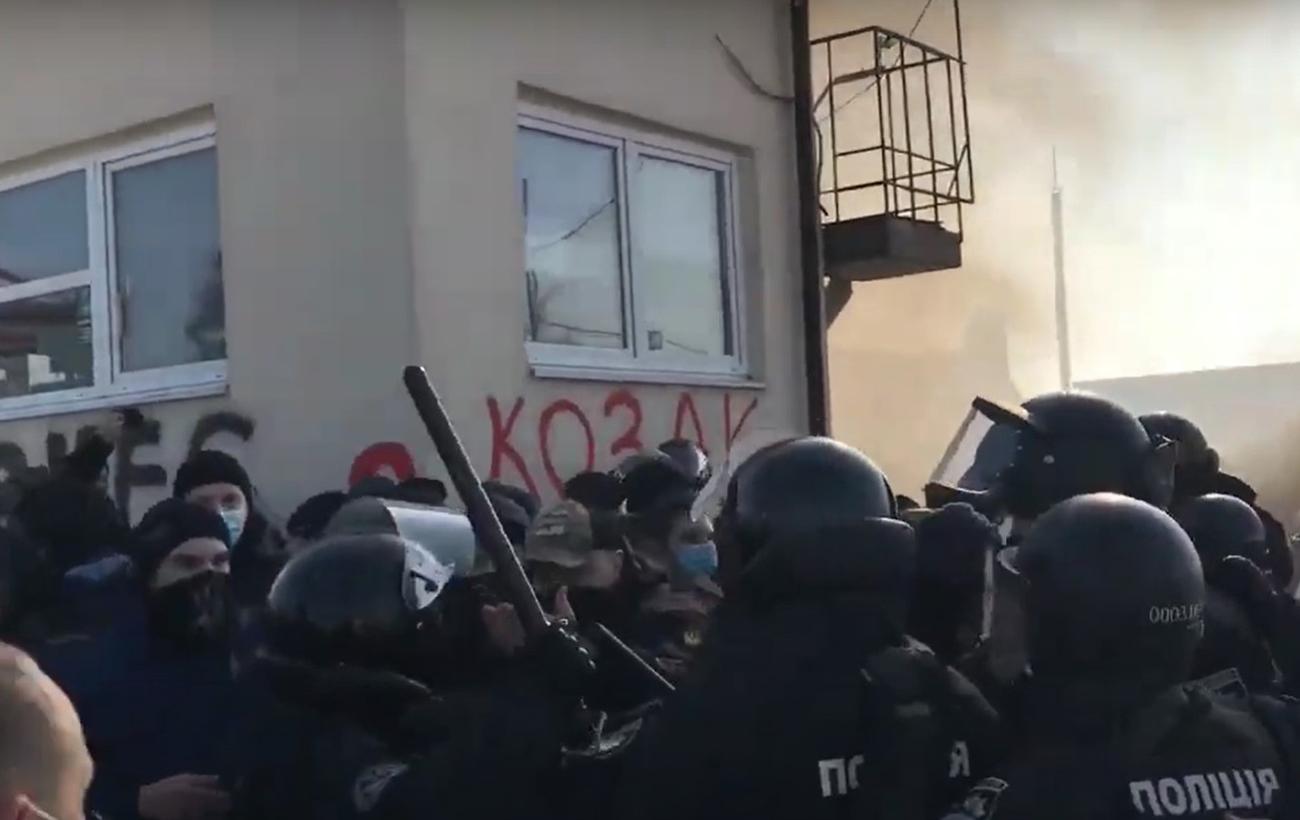 Сутички та підпал шин: у Львові влаштували протест через бізнес Козака
