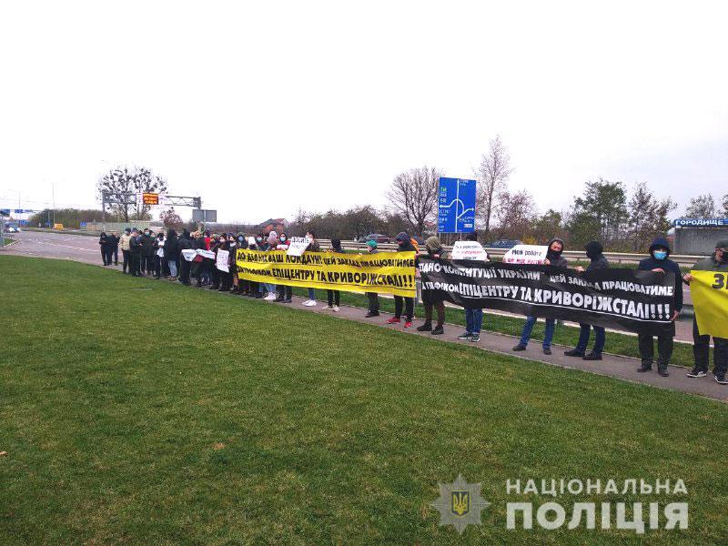 Перекрита траса та протест: в Україні виступають проти карантину вихідного дня