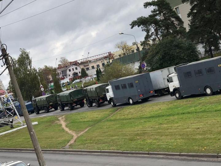 В центр Минска стягивают военную технику, ожидается новый митинг