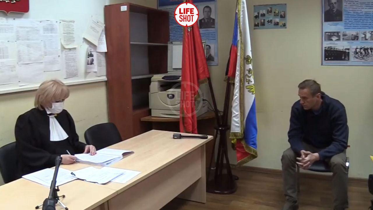 Начался суд над Навальным. Заседание проходит в отделении полиции
